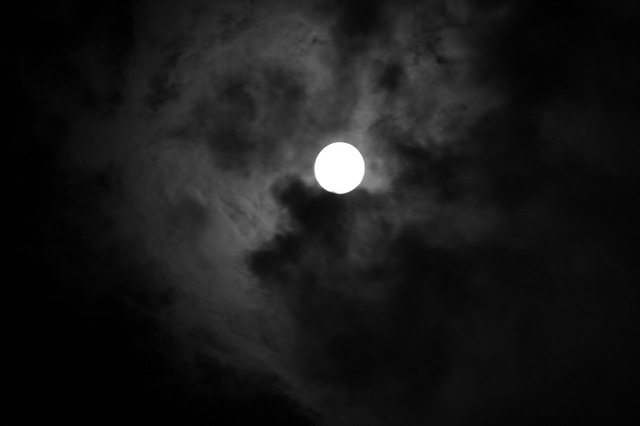 Photo de la lune et de nuages sombres